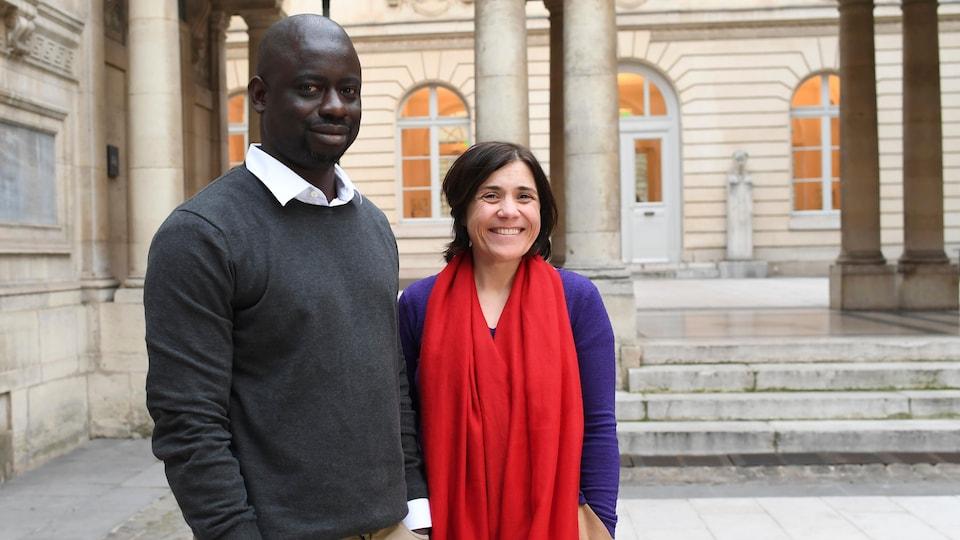 L'homme et la femme posent ensemble le 21 mars 2018 à Paris.