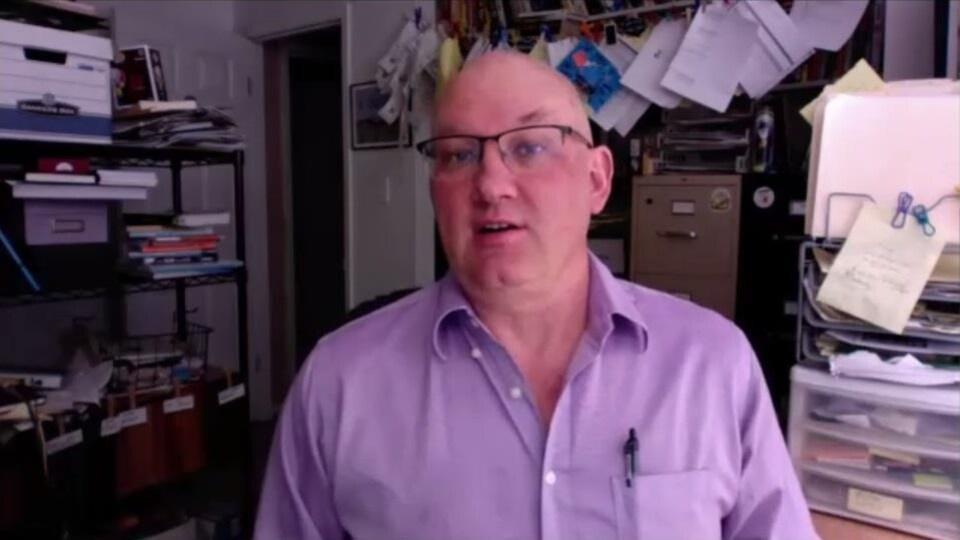 Benjamin Radford parle à la caméra dans son bureau.