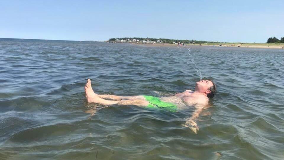 Le ministre de la Santé se baigne et met de l'eau de la plage Parlee dans sa bouche.