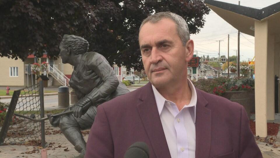 Le préfet de la MRC de Papineau, Benoît Lauzon, accorde une entrevue à la caméra de Radio-Canada.