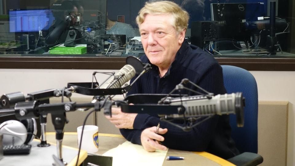 Benoît Pelletier parle au micro d'un studio de radio.