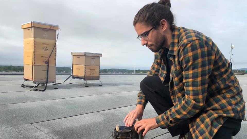 Le gestionnaire de l'équipe apicole Québec, chez Alévole, Benoit Trépanier, près des ruches du RTC.