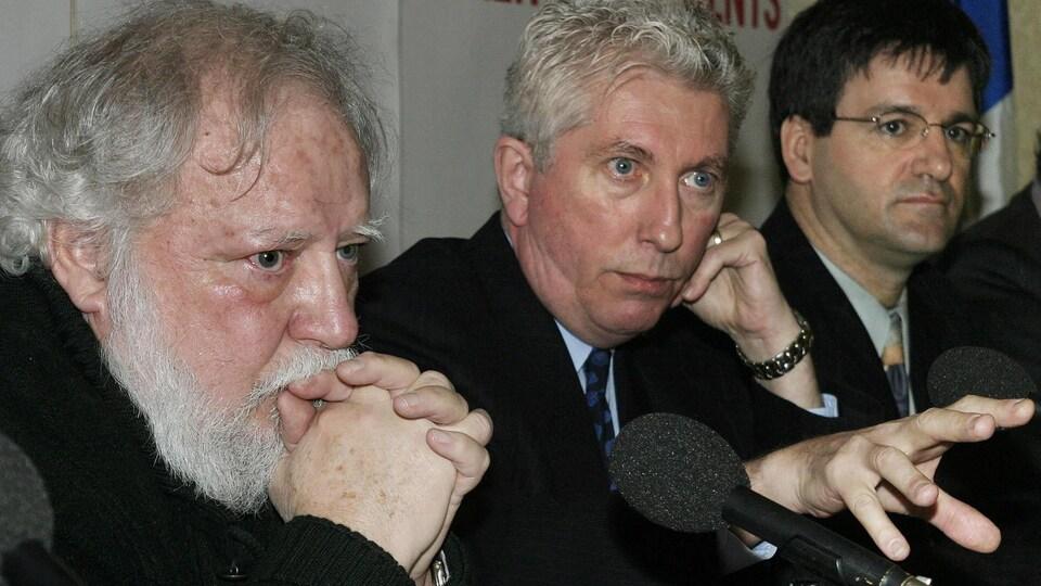 Les trois hommes en conférence de presse.