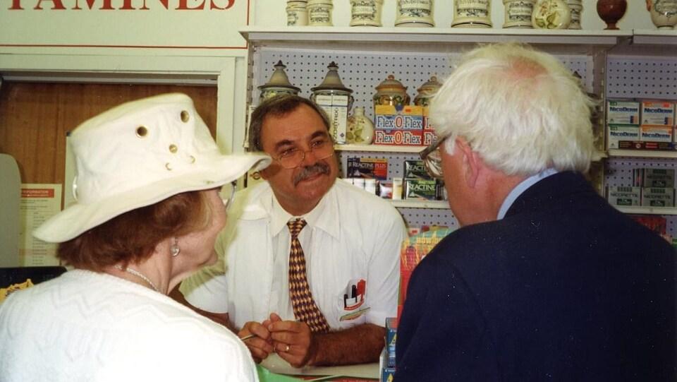 Un homme et une femme dans une pharmacie, dans les années 1990.