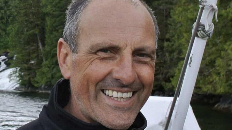 Photo du navigateur Bert terHart souriant.