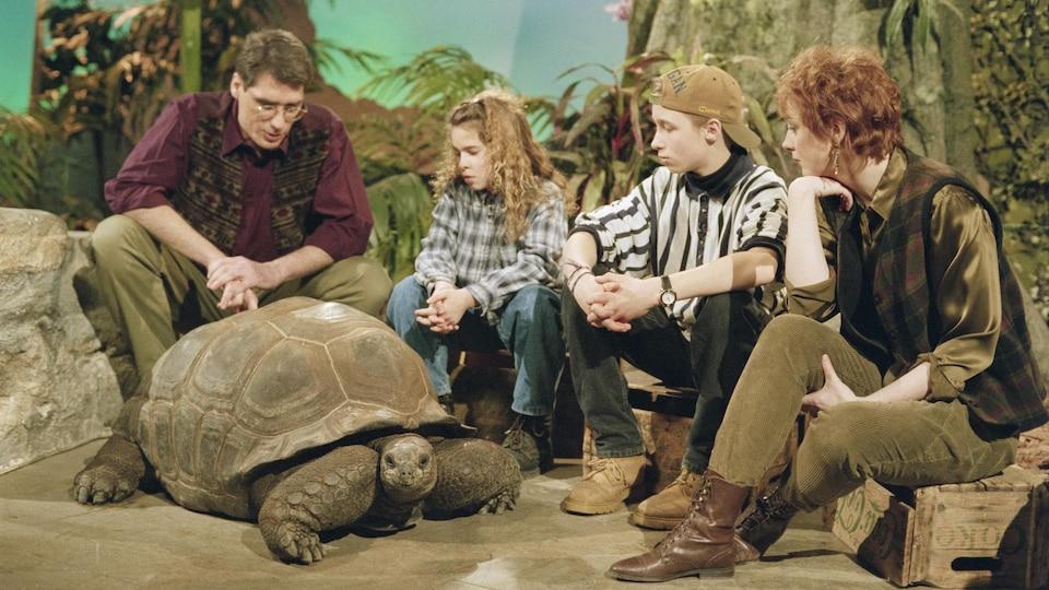 L'animateur Pierre Poirier, les jeunes collaborateurs Carinne Villeneuve et Patrick Healey, et l'animatrice Sylvie Lussier, en compagnie d'une tortue géante d'Aldabra.