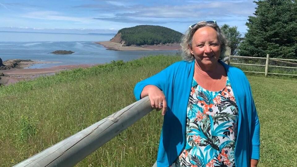 Beth Peterkin devant le littoral de la baie de Fundy.