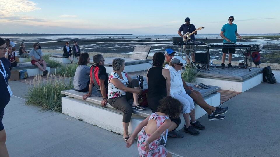Le duo Beto et Boca jouent sur le quai de Rimouski.