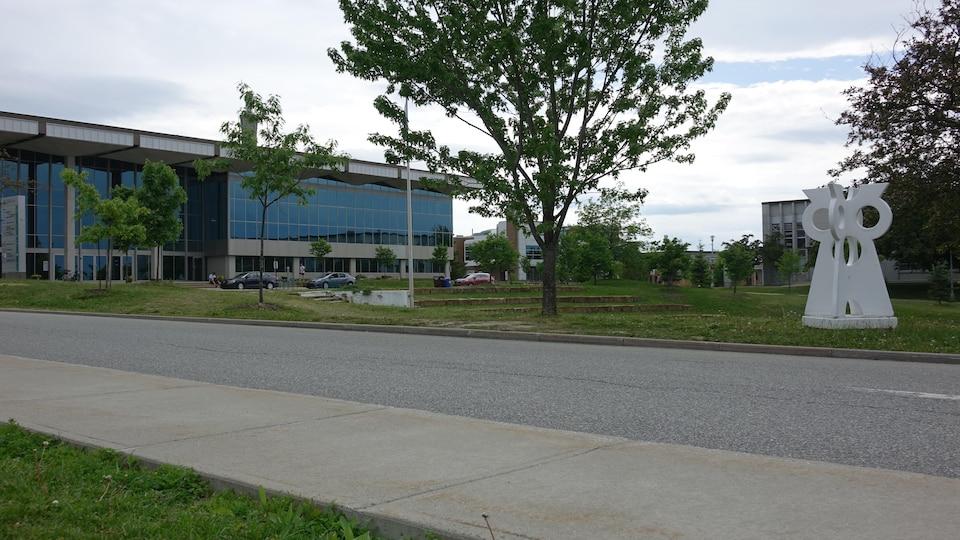 Des trottoirs du campus sont fabriqués à base de poudre de verre.