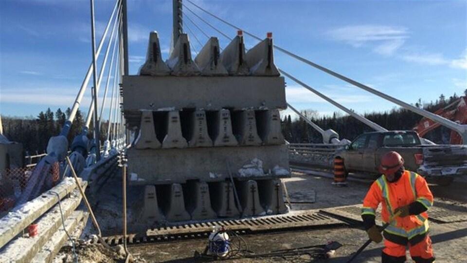 Des blocs de béton installés pour abaisser la structure.