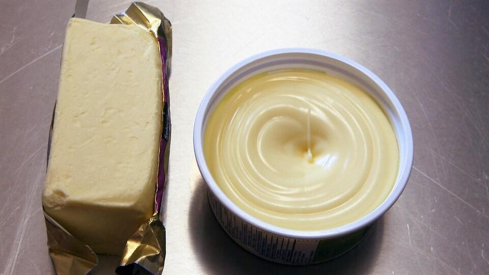 Du beurre et de la margarine sur une surface en acier inoxydable.