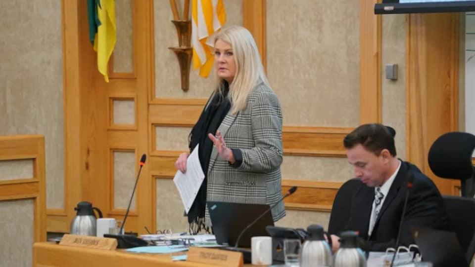 La conseillère municipale Bev Dubois, debout, qui parle aux autres élus de la Ville de Saskatoon.