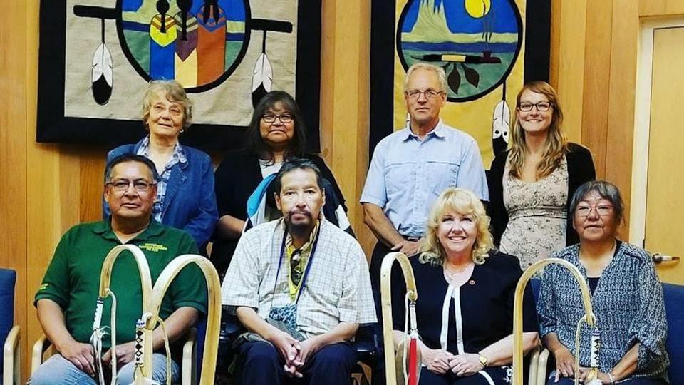 La sénatrice entourée de membre de la Première Nation de Sioux Lookout.