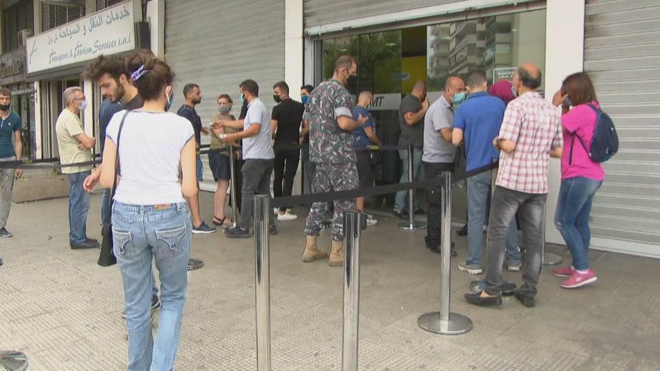 Des Libanais font la fil devant une agence de Western Union à Beyrouth