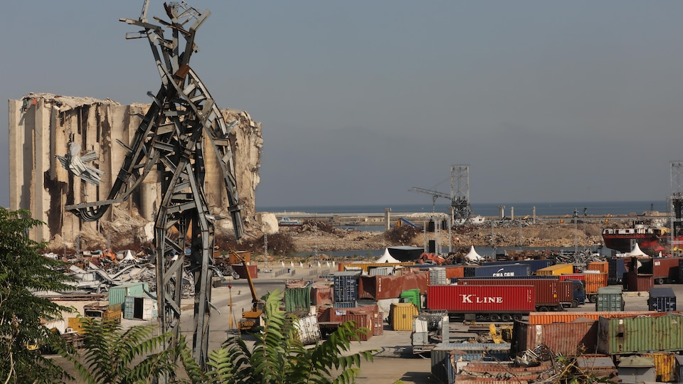 Le port de Beyrouth, un an après la gigantesque explosion.