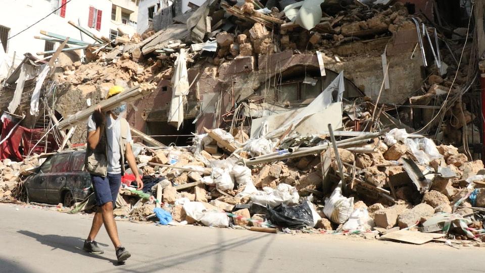 Un édifice démoli par l'explosion