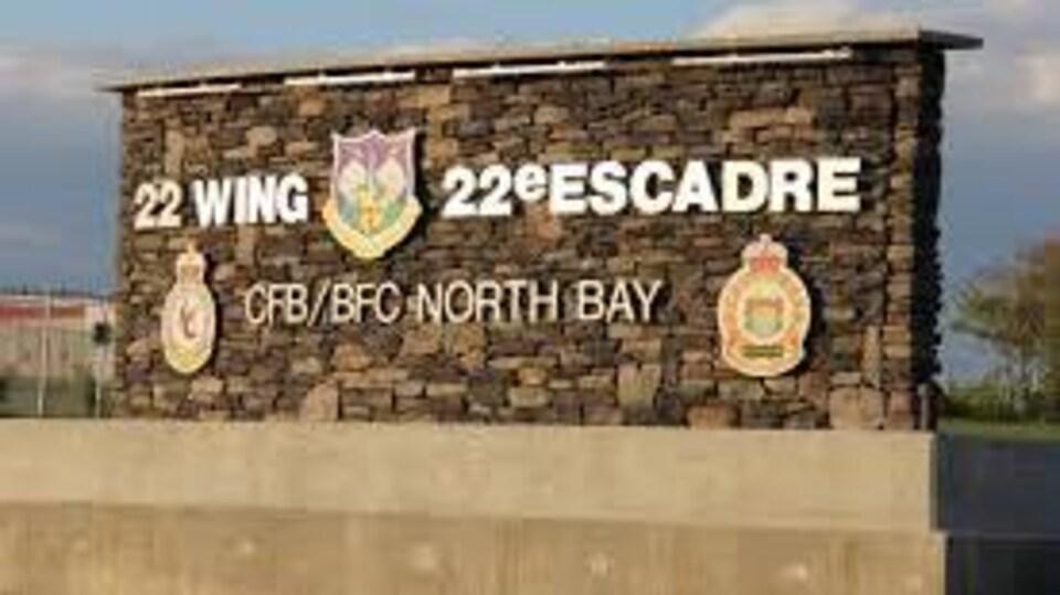 Enseigne à l'entrée de la base militaire.