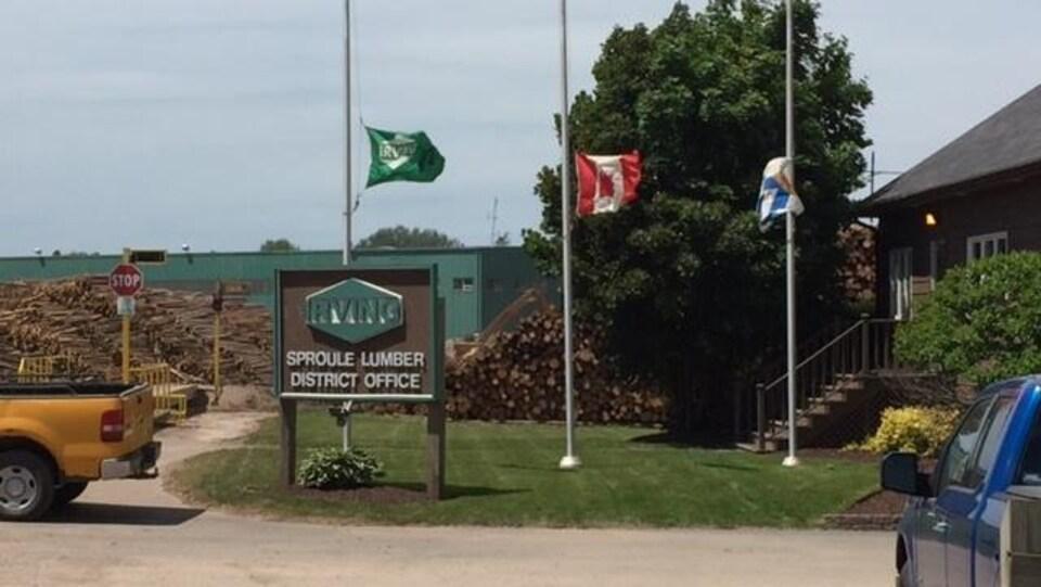 Les drapeaux d'Irving, du Canada et de la Nouvelle-Écosse en berne devant les bureaux de l'usine.