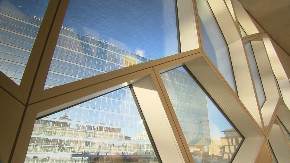Des vitres aux formes géométriques variées donne une vue sur le centre-ville de Calgary.