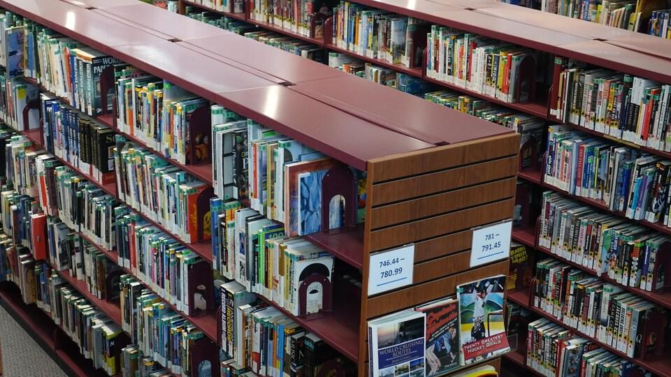 Des rangées de livres à la bibliothèque municipale de Barrie.