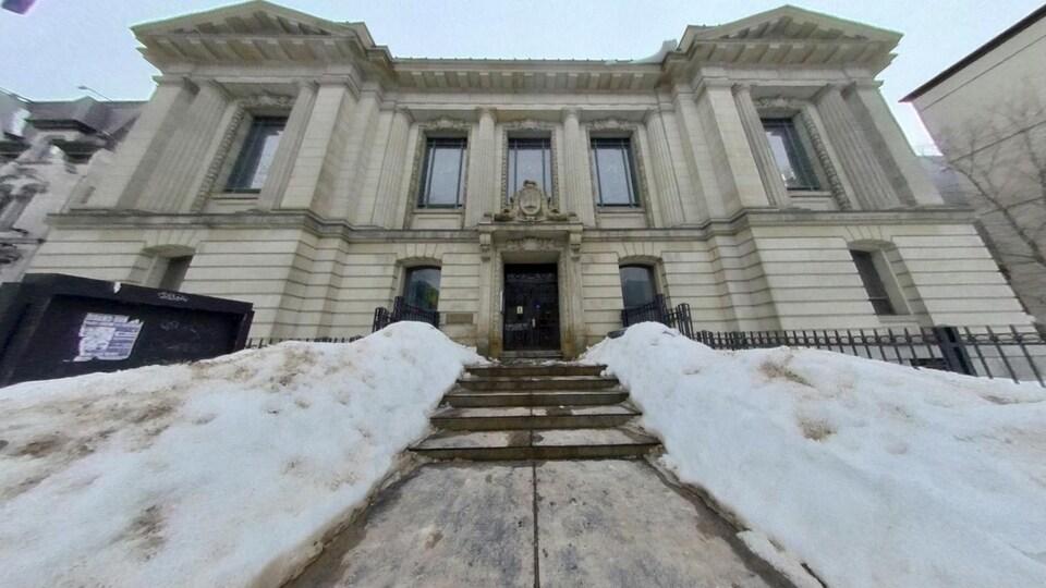 La devanture du bâtiment, l'hiver.