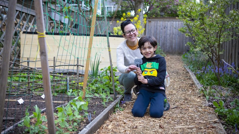 Oliver et sa mère dans leur jardin.