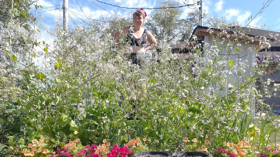 Savanah Laplante au milieu de son jardin.