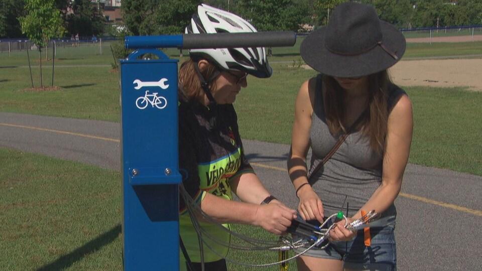 Deux personnes manipulent les outils de la biciborne.