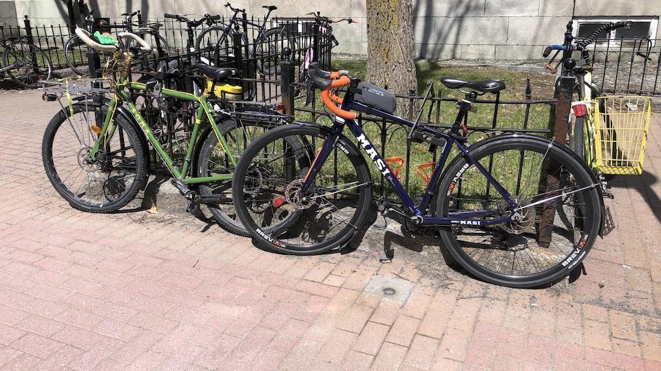 Des vélos accrochés à une clôture.