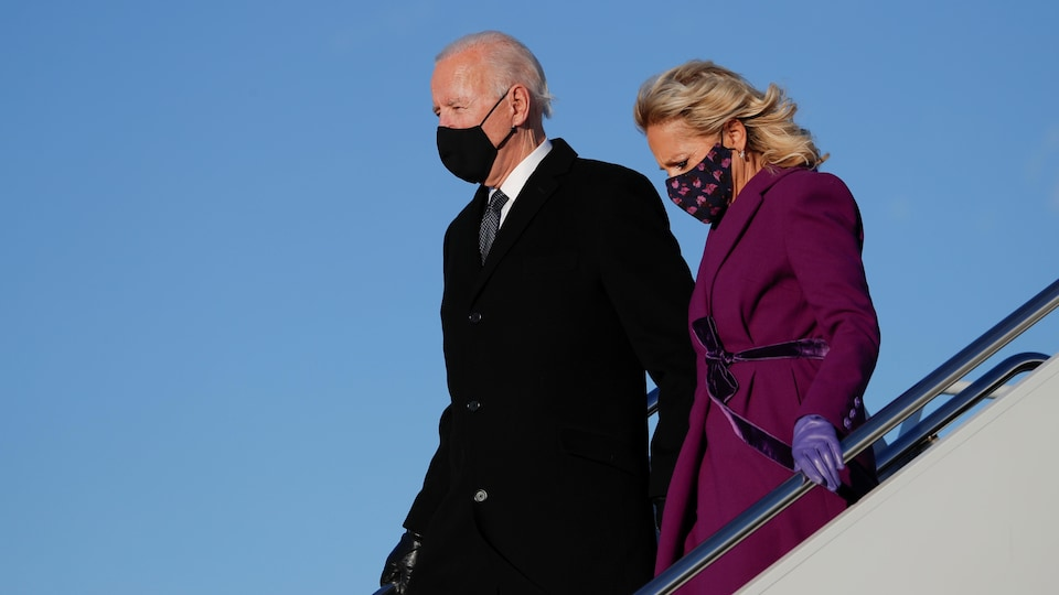 Joe Biden et sa femme descendent de l'avion.