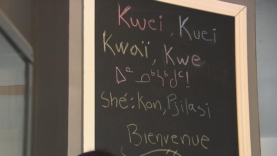 Un tableau noir où est écrit Bienvenue en plusieurs langues autochtones.