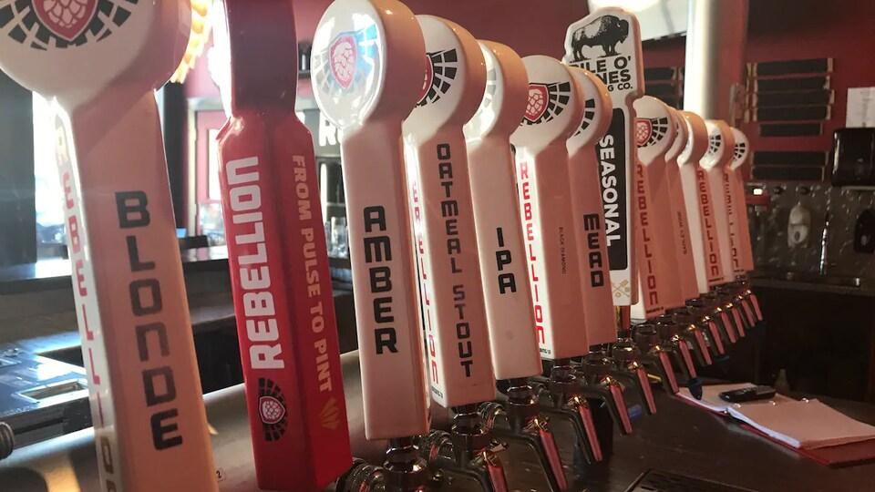 Une sélection de bières artisanales de l'entreprise Rebellion Brewing.