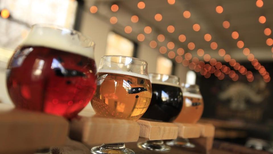 Photo de quatre bières différentes : blonde, rousse, ambrée, blanche