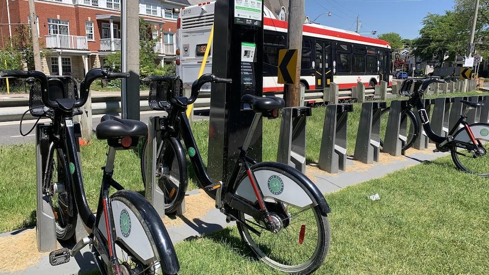 Une station de location de vélos avec de nombreux emplacements libres.