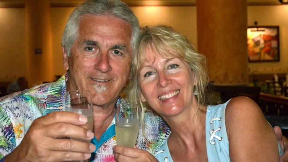 Bill et Carol Pitts posent pour la caméra avec un verre d'alcool.