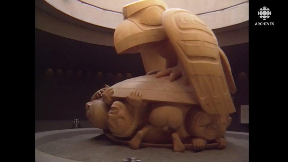 Sculpture représentant un corbeau et des humains.
