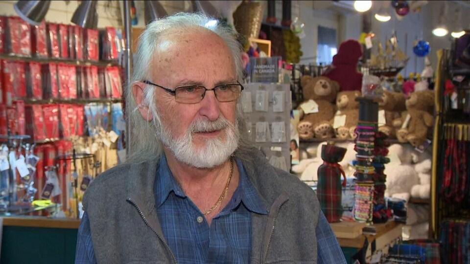Bill Watters dans son magasin.