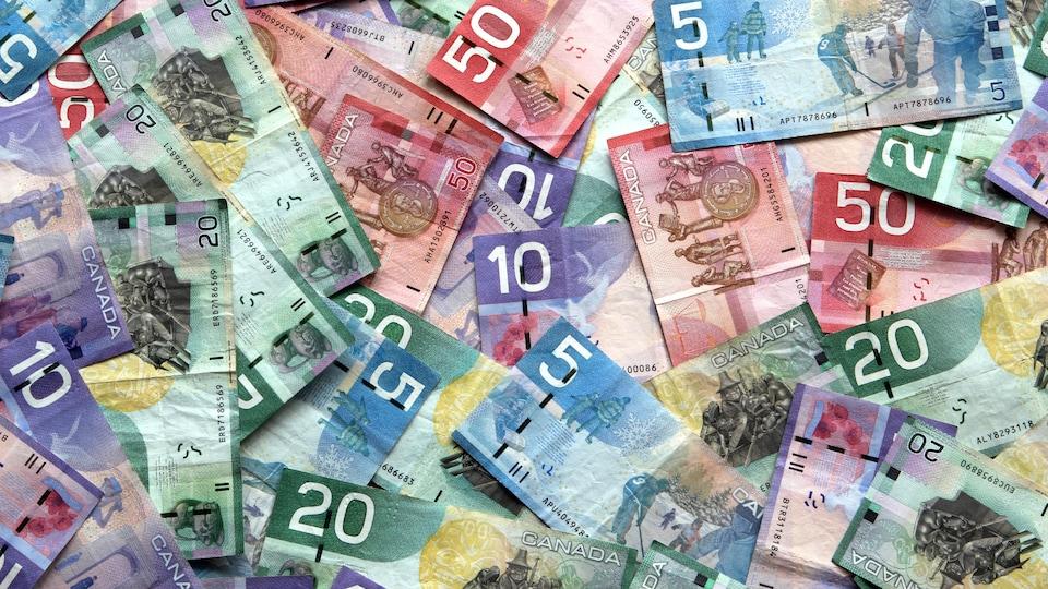 Des billets de banque pêle-mêle.