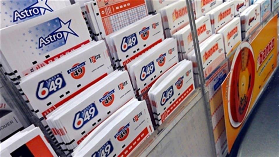 Des billets Loto-Québec dans un présentoir.