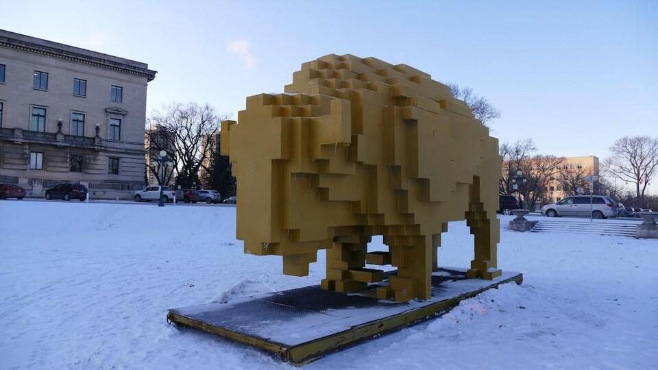 Une statue de bison qui semble pixelisée.