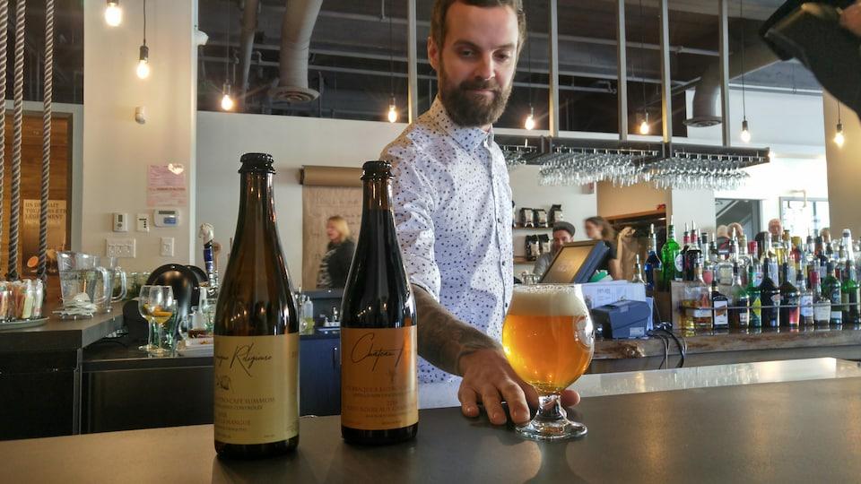 Bénédict Morin sert un verre de bière