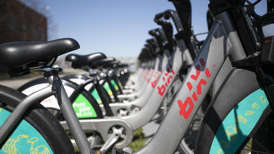 Installation de supports à bicyclettes BIXI.