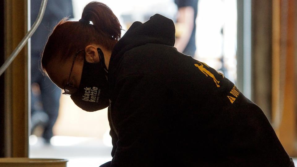 Une jeune femme est en train de faire de la bière dans une brasserie.
