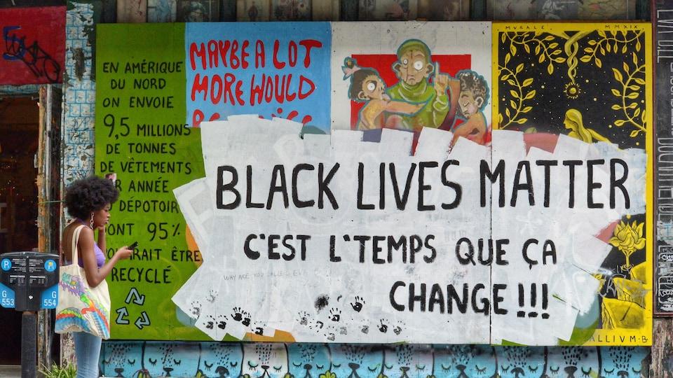 Une murale sur le boulevard Saint-Laurent à Montréal sur laquelle on peut lire: «Black Lives Matter. C'est l'temps que ça change».