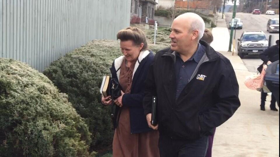 Brandon Blackmore et Gail Blackmore entrent dans l'édifice de la Cour provinciale de Cranbrook en Colombie-Britannique le 22 novembre 2016.