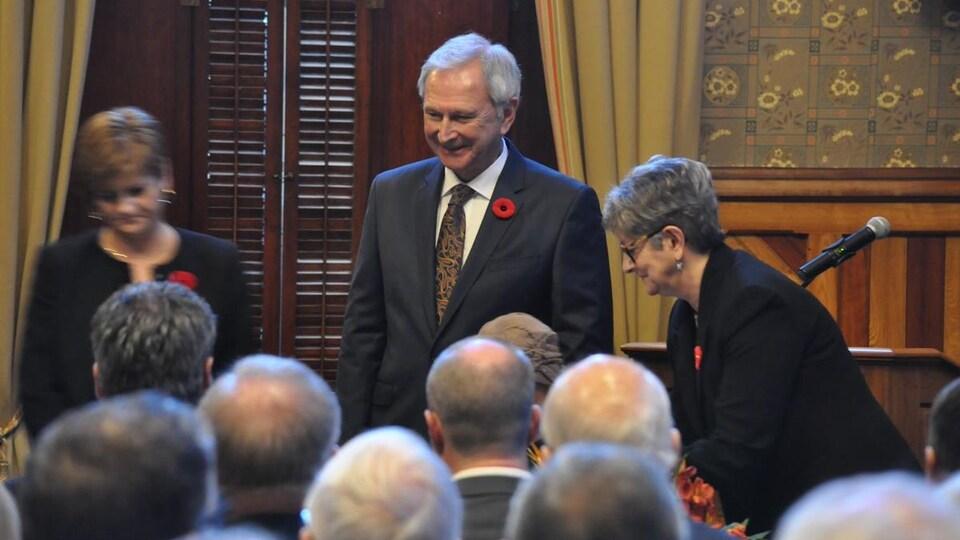 Blaine Higgs lors de l'assermentation de son Conseil des ministres, à Fredericton.
