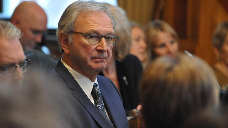 Le premier ministre Blaine Higgs écoute attentivement le discours du Trône.
