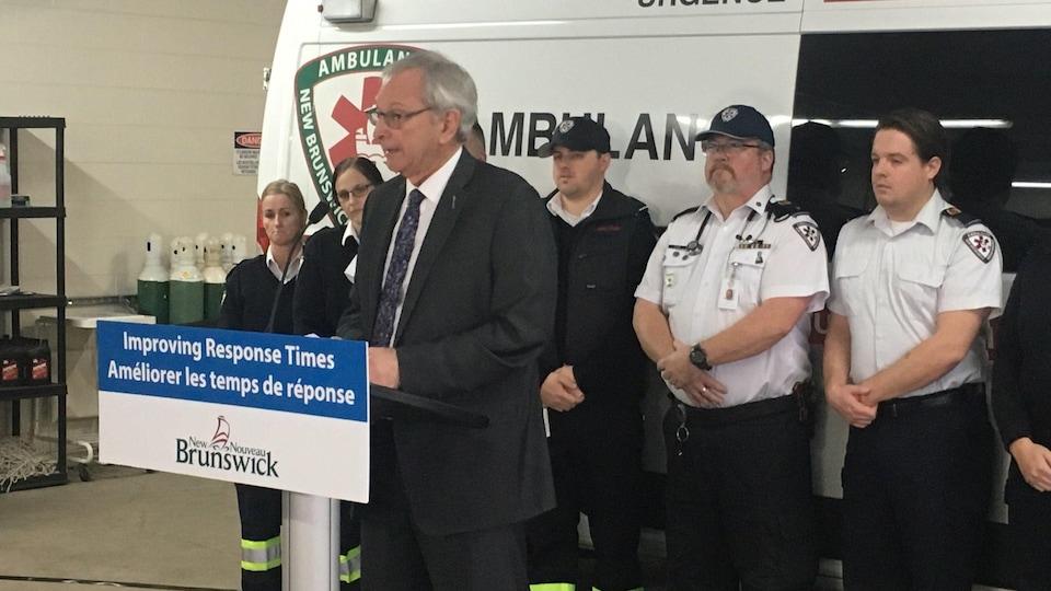 Blaine Higgs fait une annonce devant des paramédicaux et une ambulance, à Fredericton.