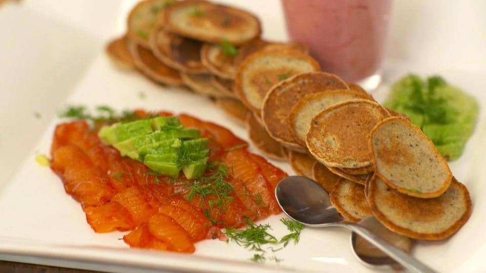 Des blinis et des tranches de saumon gravlax