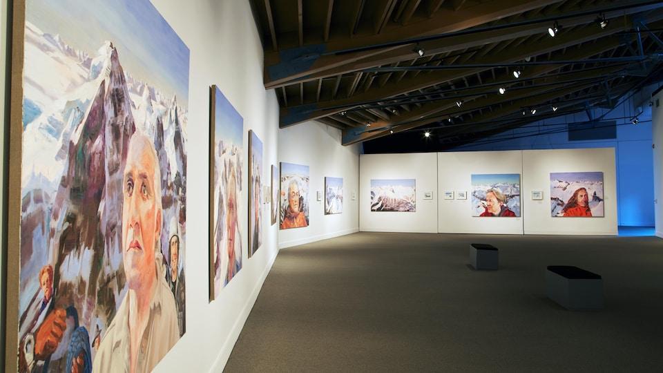 Toiles exposées dans une galerie d'art.
